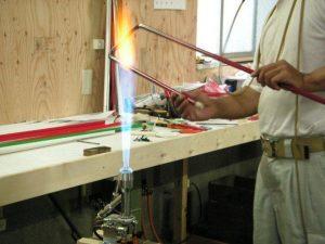 ネオン管の曲げる部分をバーナーの火であぶります。